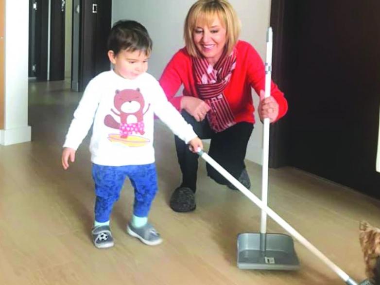 Мая Манолова впрегна внучето на работа