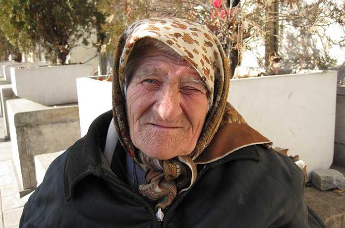 Баба Марийка на 92 г. проси милостиня в студа, за да не я изхвърлят на улицата