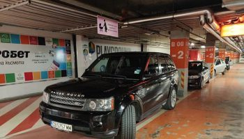 Нагло паркиране в мол с депутатска ВИП-карта на наш стар познайник (снимки)
