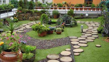 Цветна градина на покрива на панелен блок