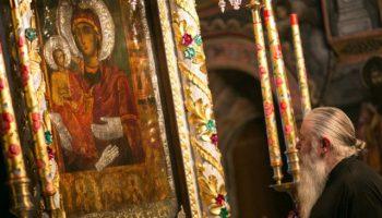 Жена се изцери от смъртоносна болест след молитви пред чудодейната икона на Богородица Троеручица в Троянския манастир преди броени дни