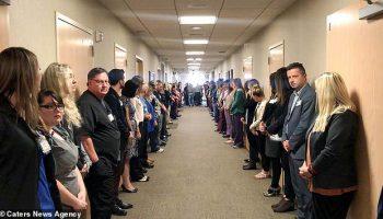 Над 100 доктори и сестри се наредиха в редица, за да отдадат последна почит към тази медицинска сестра (ВИДЕО)