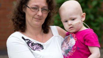 Наблюдателна майка намери нещо странно в позата на детето си на снимка, което по-късно спаси живота му