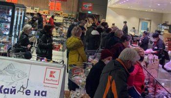 Това се случва в първия ден от затягането на мерките – кадър от голяма верига хипермаркети
