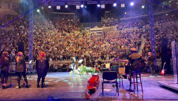 Пиле няма къде да кацне на концерта на Лили Иванова в Пловдив. СЗБ: Оставка / СНИМКИ